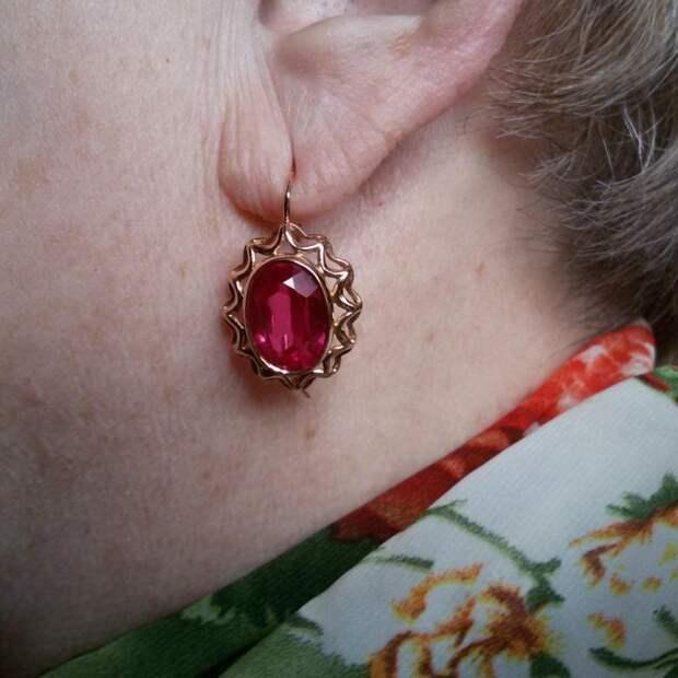 Пенсионерка носит советские серьги. /Фото: cache3.youla.io