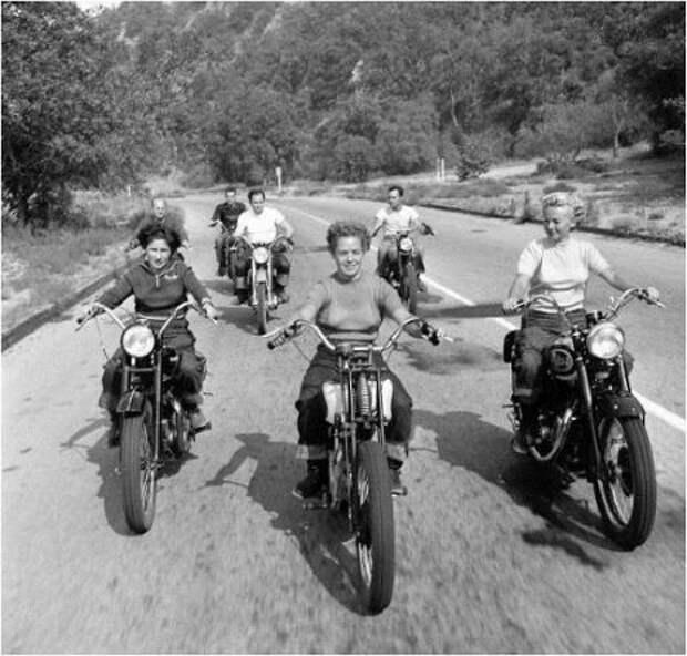 Винтажные фотографии женщин рядом с их гоночными мотоциклами