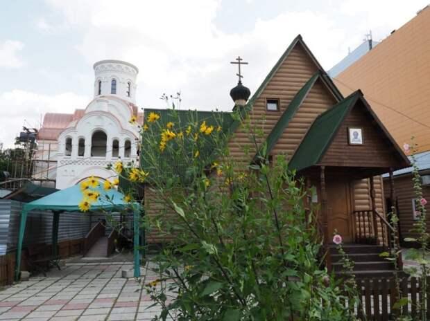 Видео: в строящийся на Авиационной улице храм привезли купола