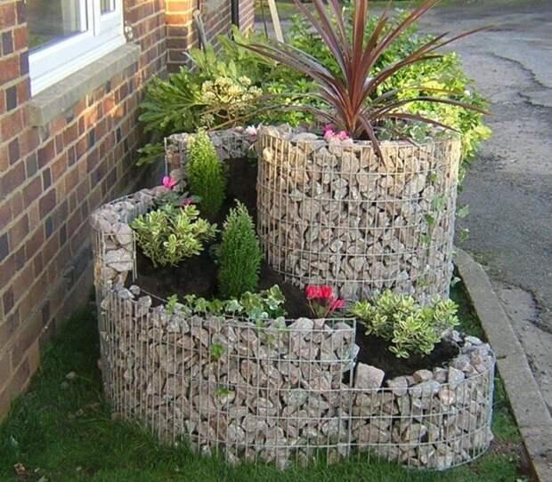 Обустраивая спиральный сад, можно поэкспериментировать с высотой цветов. /Фото: i.pinimg.com