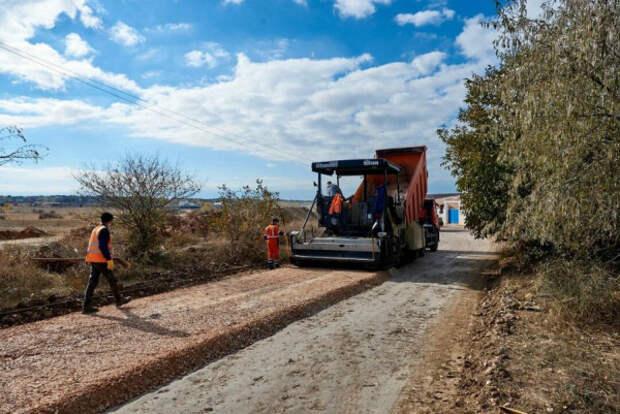 В Севастополе продолжается ремонт грунтовой дороги в Юхариной балке