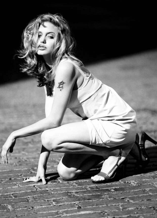 Плохая девочка Анджелина Джоли в неординарной фотосессии 1997 года.