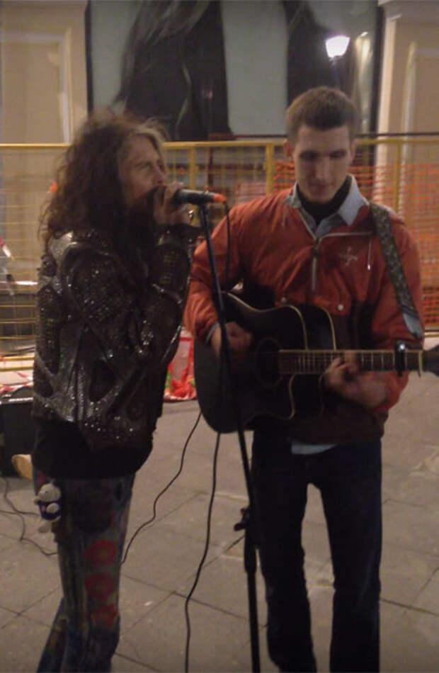 Стивен Тайлер из Aerosmith просто взял и спел с московским уличным музыкантом!
