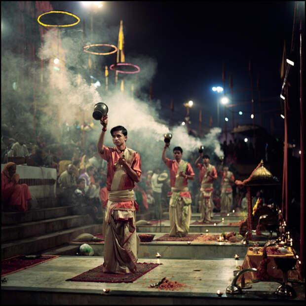 Варанаси живет своей особой религиозной жизнью, сюда стекаются паломники и садху со всей страны. А красочная религиозная церемония прощания с очередным днем проводится каждый вечер после заката.