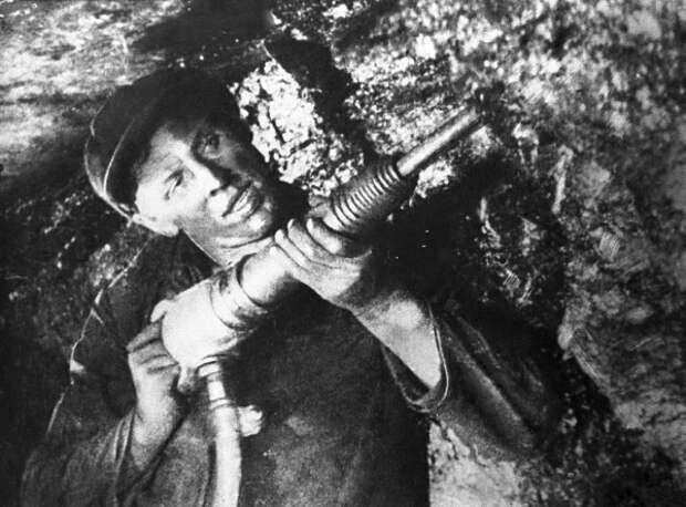 Рекорд Алексея Стаханова, установленный 80 лет назад, дал старт массовому движению передовиков и сломал жизнь человеку-символу Фото: Архив ТАСС
