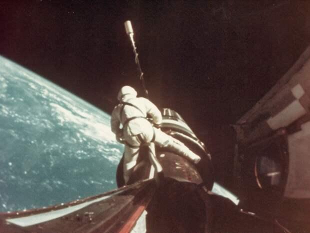 1966, сентябрь. После стыковки, Ричард Гордон произвёл выход в открытый космос, в ходе которого прикрепил 30-метровый трос к кораблю «Джемини» и корпусу «Аджены». Выход досрочно прекращён из-за крайнего утомления астронавта