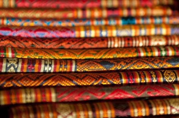 Текстильная промышленность Лаос Луангпхабанг считается центром текстильной промышленности в Лаосе. Традиционные ткачи, как члены племени Кату, до сих пор делают одни и те же конструкции, используя те же методы, какими пользовались их предки сотни лет назад. В последние годы эта обедневшая азиатская страна пережила резкий рост индустрии туризма. В 2012 году Лаос принял более 3,3 млн иностранных туристов, в основном из Китая и Таиланда. Хотя значительное увеличение иностранных посетителей идет на пользу индустрии туризма, это негативно сказалось на текстильной промышленности. Увеличение потока туристов привело к увеличению спроса на лаосскую текстильную продукцию. В целях удовлетворения внезапного увеличения спроса, торговцы прибегают к продаже поддельного лаосского текстиля.