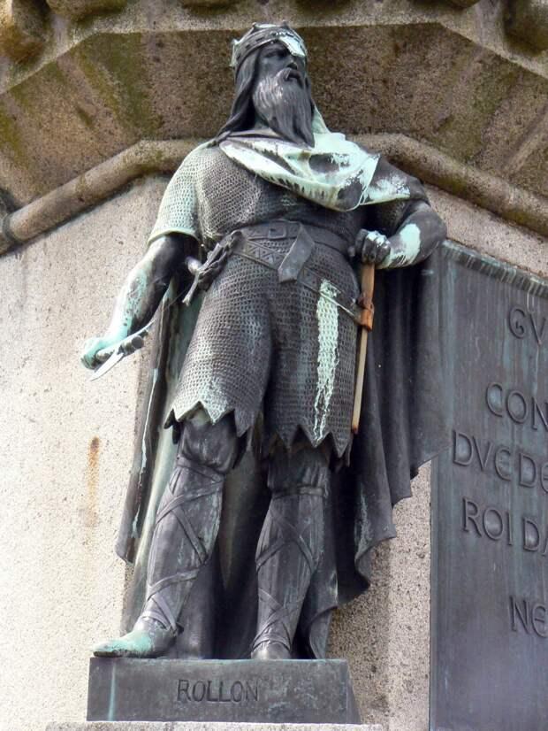 Роллон (Хрольф Пешеход), статуя в сквере в Фалесе.