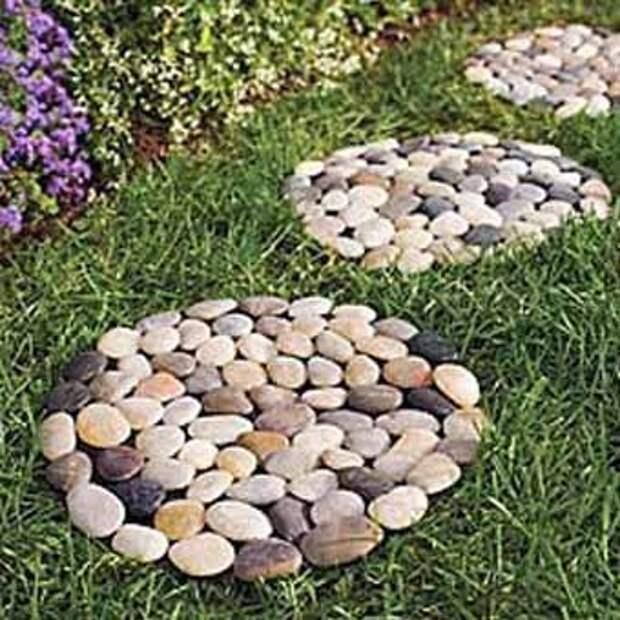 плиты для садовой дорожки из камня на сетке.