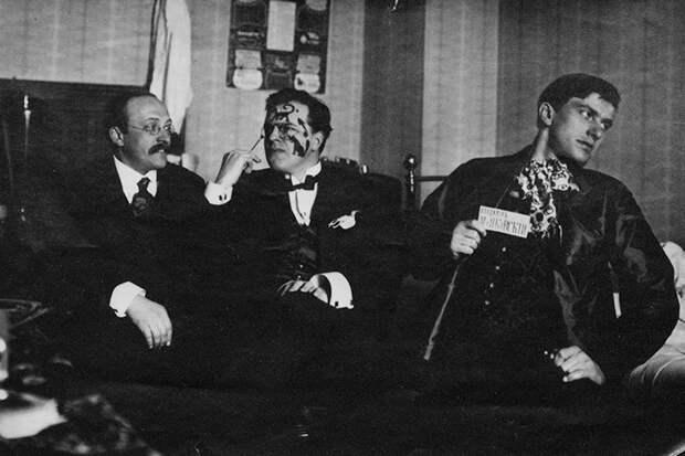 Съемок из «Кафе поэтов» найти не удалось: в 1917-м не существовало клубных фотографов, но эта фотография искусствоведа Андрея Шемшурина, Бурлюка и Маяковского, сделанная в мирном 1914 году, дает представление о степени веселья