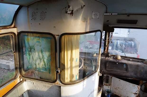 Отлично сохранная перегородка: если приглядеться, можно увидеть объявление о штрафе за безбилетный проезд ЛАЗ, ЛАЗ-695Е, авто, автобус, олдтаймер, реставрация, ретро авто, ретро техника
