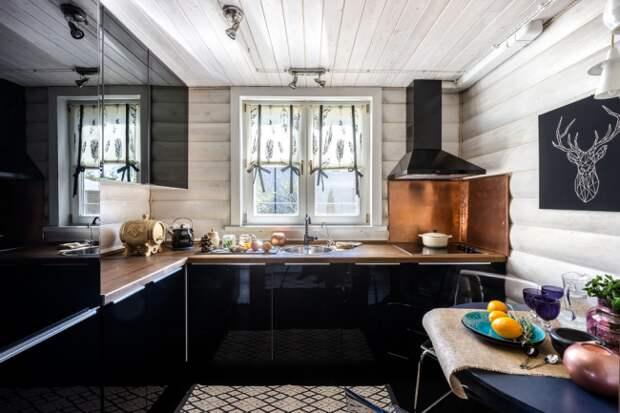 Темный кухонный гарнитур с глянцевыми фасадами