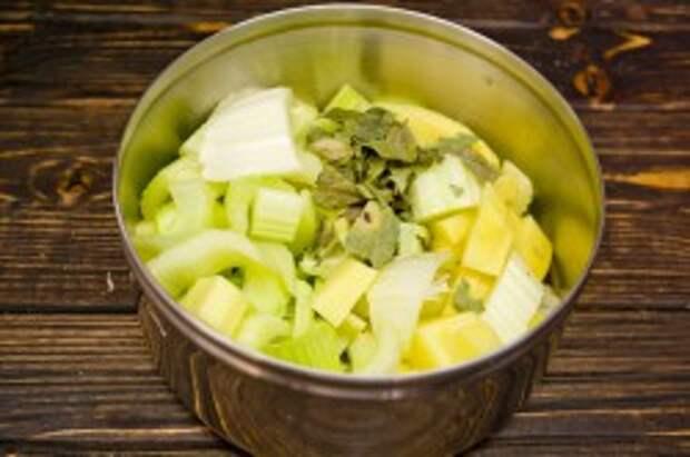 Кладём сушеные листья карри и заливаем куриным бульоном