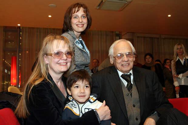 У знаменитого режиссера Владимира Наумова и его жены Натальи Белохвостиковой есть родная взрослая дочь Наташа и маленький приемный сын Кирилл дети, добро, родители, усыновление
