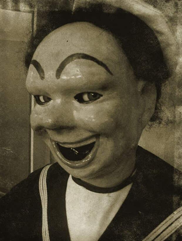 Старая жуткая кукла.
