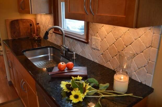 Зонированное освещение — оригинальный подход для дизайна кухни. /Фото: goboattips.me
