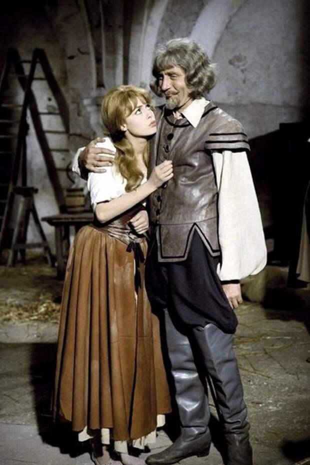 Великолепная Анжелика и окружающие ее одиозные мужчины.