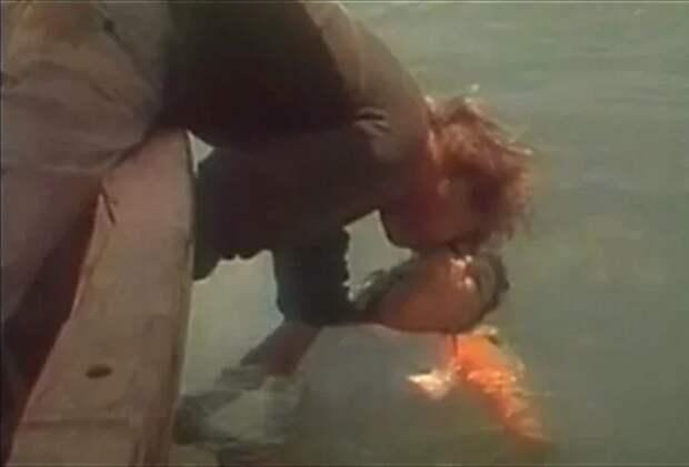 Тиша Стерлинг и Кент Лейн в фильме «Генералы песчаных карьеров» (1971)