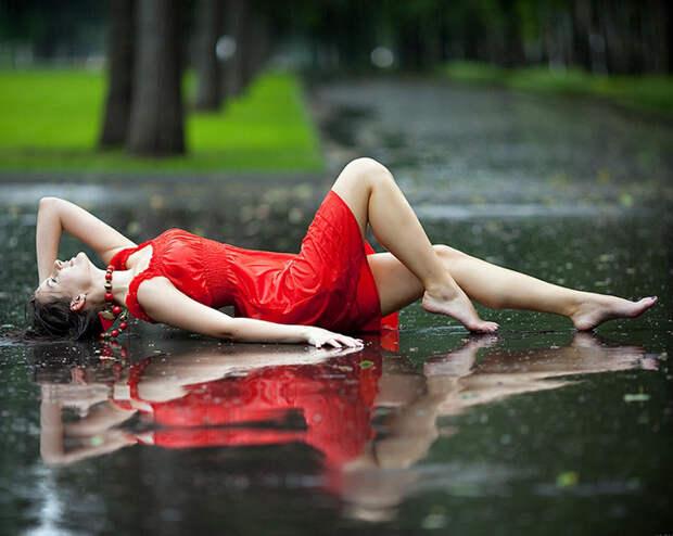 Девушка лежит под дождем