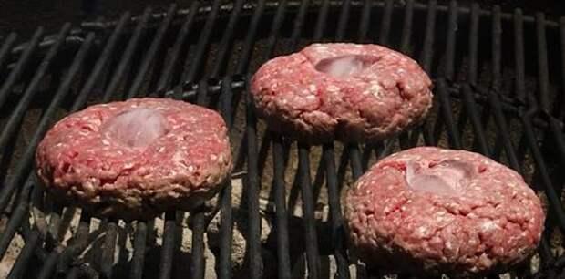 Положите на мясо кубик льда - и мясо на гриле будет намного лучше