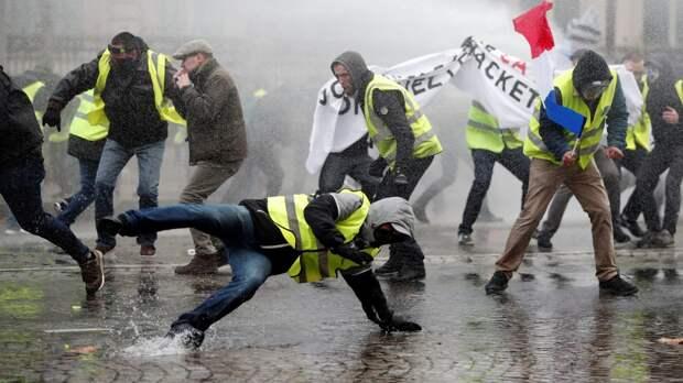 Полиция применила водомет против манифестантов в Париже