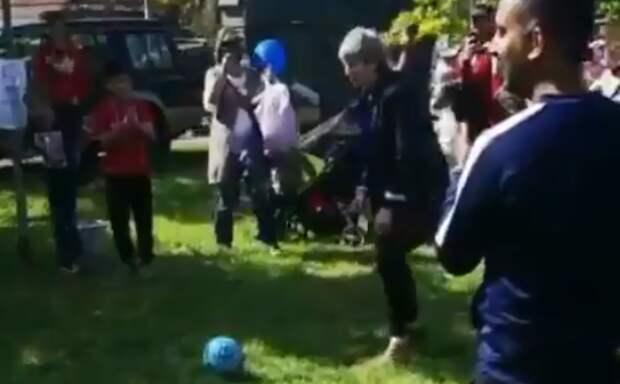 Терезу Мэй высмеяли за игру в футбол
