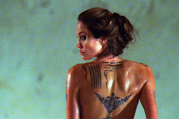 Анджелина Джоли похвасталась новой загадочной татуировкой