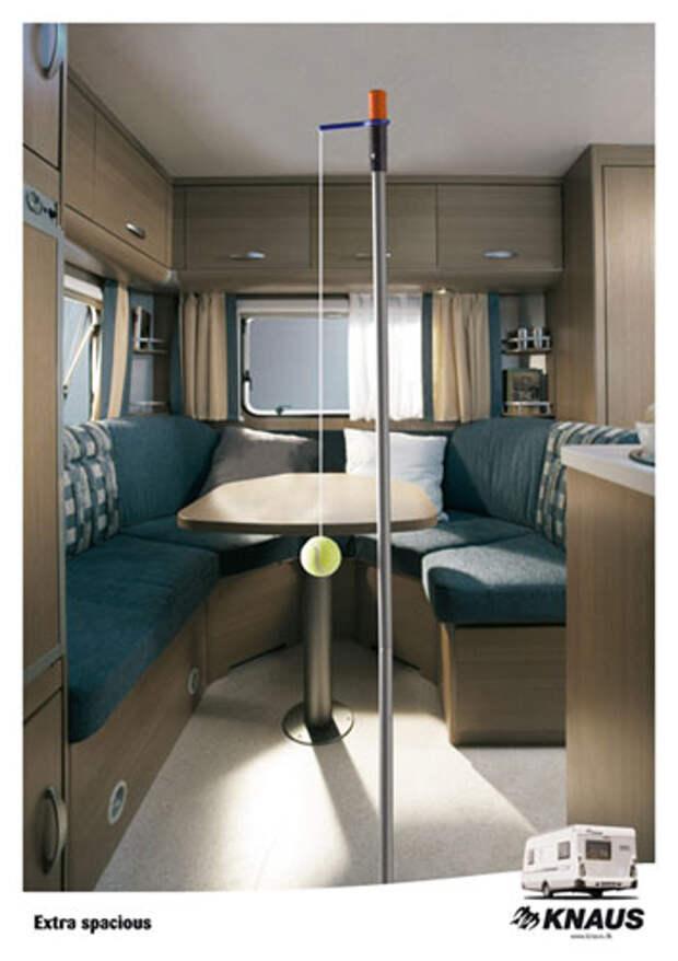 На принте изображены внутренности фургона, в котором можно не только жить, но и играть в теннис
