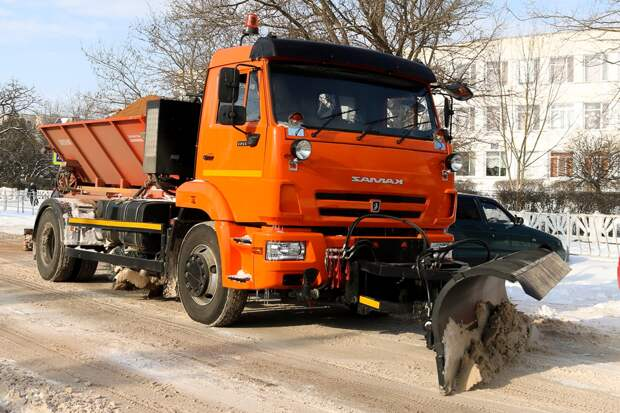 Как в Крыму коммунальщики расчищают дороги от снега