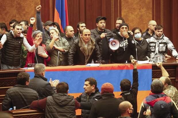 Погромы в Армении, торжество Азербайджана: кадры после замирения в Карабахе