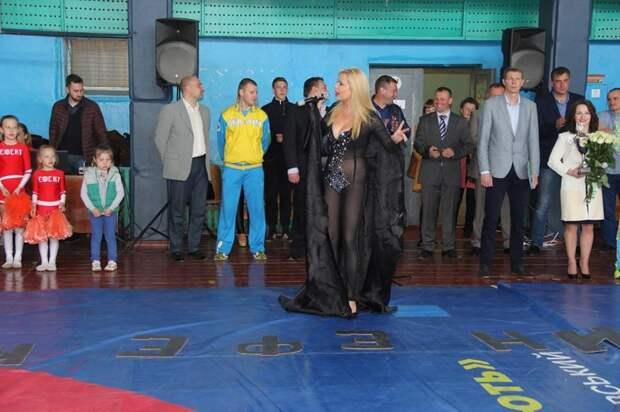 «Трусы – пережиток совка»: Украинская певица выступила перед детьми без нижнего белья