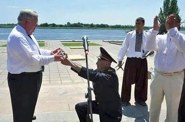 «Какое позорище»: Офицер ВСУ встал на колени перед послицей Великобритании