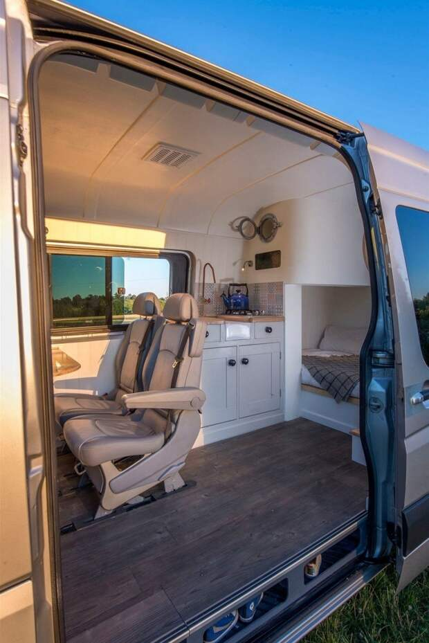 Уютный дом на колесах в поддержанном фургоне