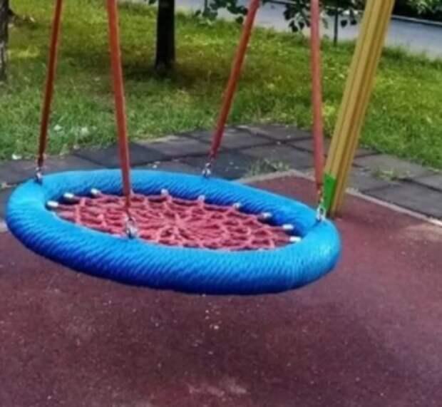 На детской площадке на 9-й Северной линии отремонтировали качели
