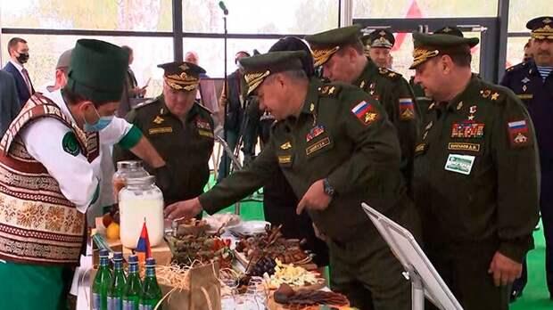 Шойгу посетил фестиваль кухонь народов мира, который проходит на Армейских играх