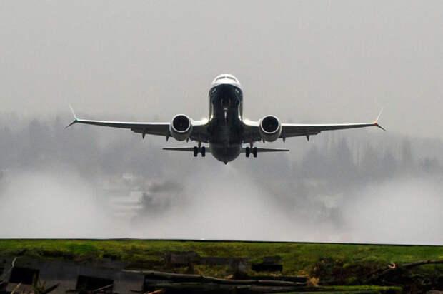 Взлет самолета Boeing 737 MAX 8