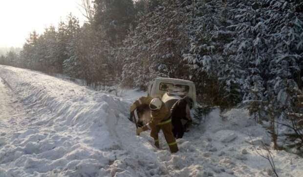 Всорокаградусный мороз водитель цистерны улетел сдороги навъезде вВерхотурье