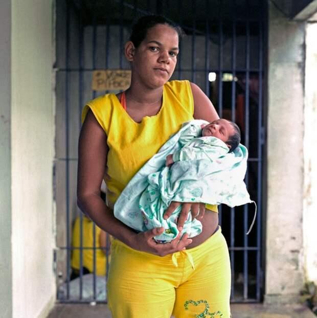5. 19-летняя Мишель Дамачес и Ингрид. Мишель и ее сожителя арестовали за распространение крэка. (Luiz Santos)