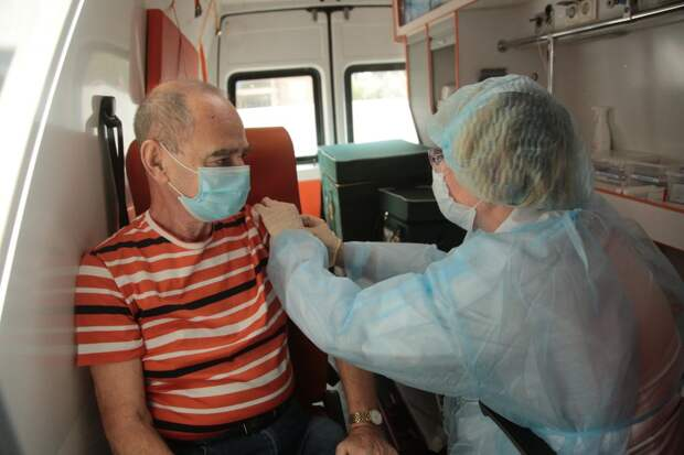 Перед прививкой проводится медицинский осмотр / Фото: Андрей Дмытрив