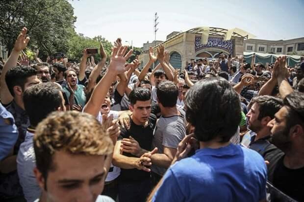 Второй день протеста вТегеране: Курс риала вывел торговцев наулицы