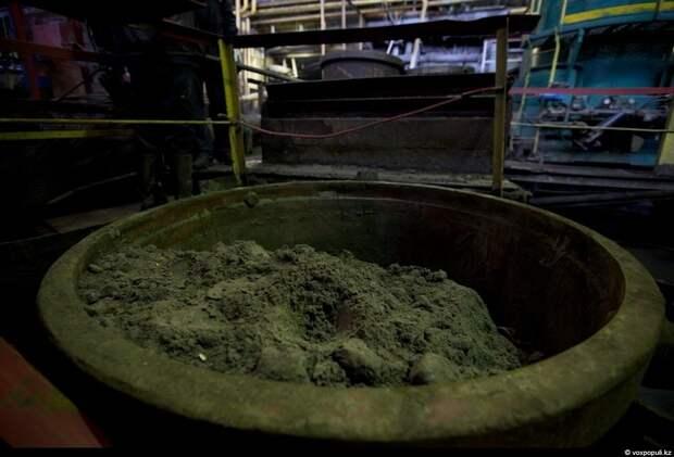 В итоге получается золотосодержащий концентрат, который упаковывается в контейнер, похожий на своеобразный железный стакан.