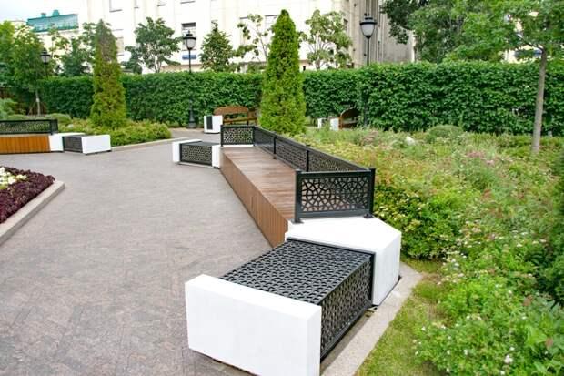 Все больше современных скамеек появляется в Москве