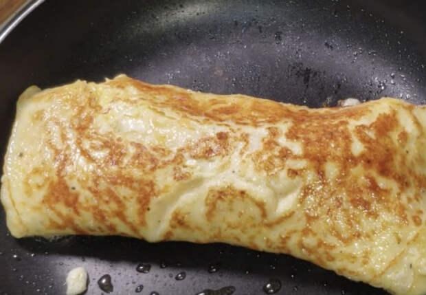 Заворачиваем сосиску в яйцо: яичница стала вдвое сытнее