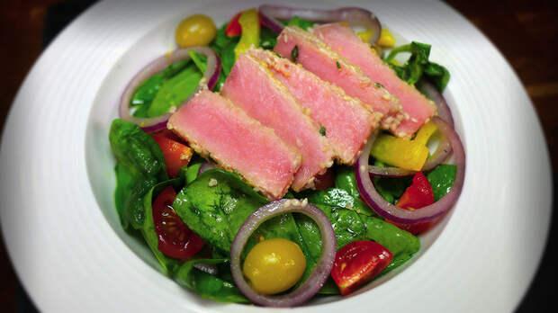 Фото к рецепту: Салат с жареным тунцом и овощами
