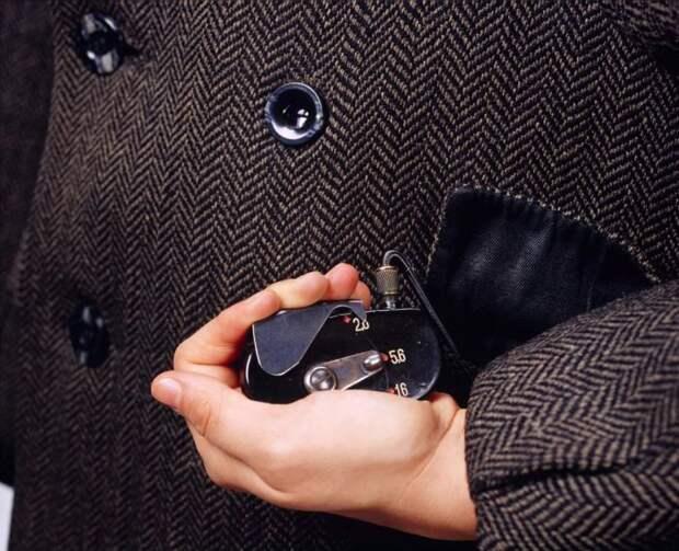 Камеры в петлице пальто давала возможность фотографировать, не привлекая внимания. /Фото: images.thestar.com