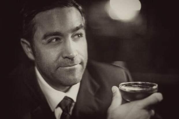Мужчина со стаканом