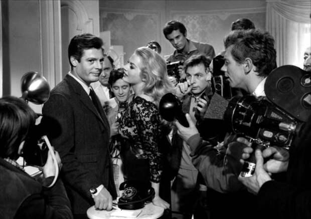 Марчелло Мастроянни и Анита Экберг на съёмках «Сладкой жизни», 1960 год  (The Red List / La Dolce Vita)