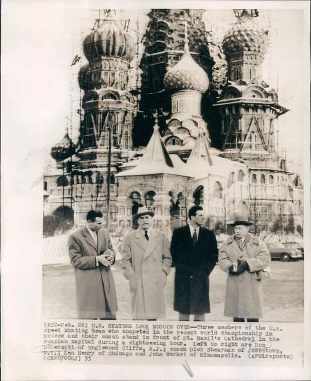 1955. Москва. Американские фигуристы вместе с тренером возле Собора Василия Блаженного