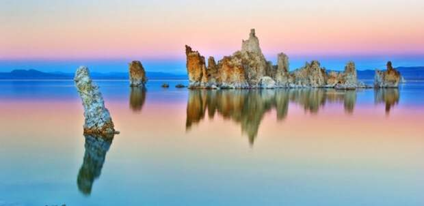 Озеро Моно с известняковыми фигурами