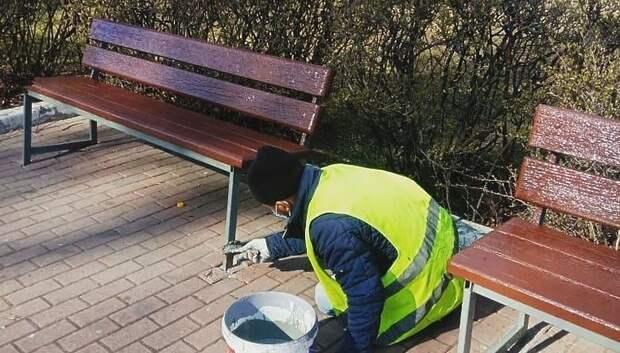 Рабочие приступили к покраске скамеек и опор освещения на улицах Подольска